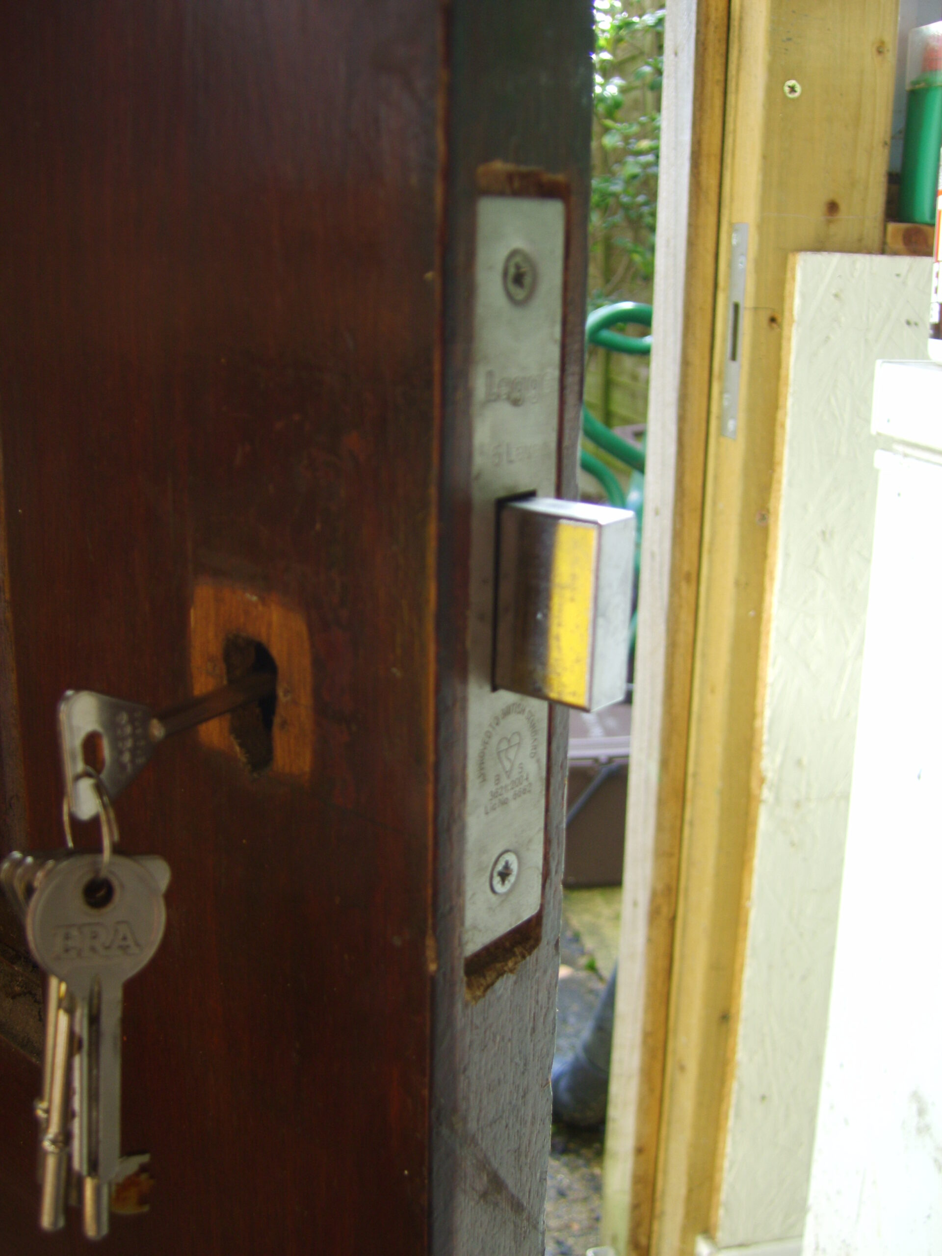 B.S.3621 Deadlock in wooden door